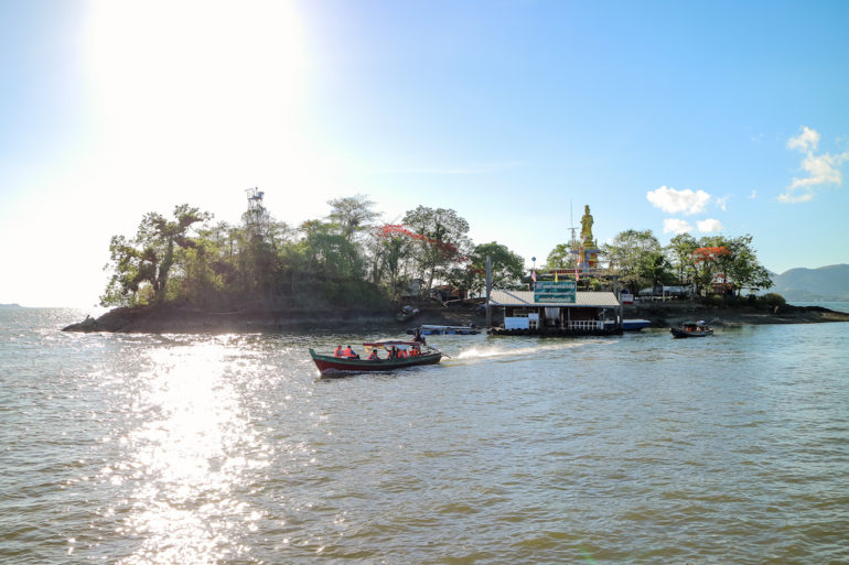 Longtail Boot vor einer Insel bei Ranong