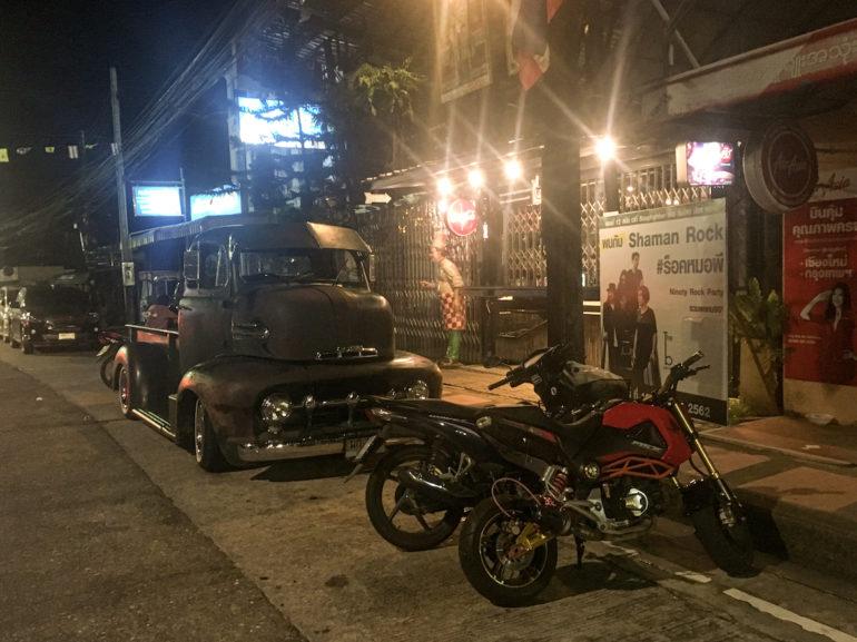 OOldtimer und Motorräder auf der Strasse in Ranong