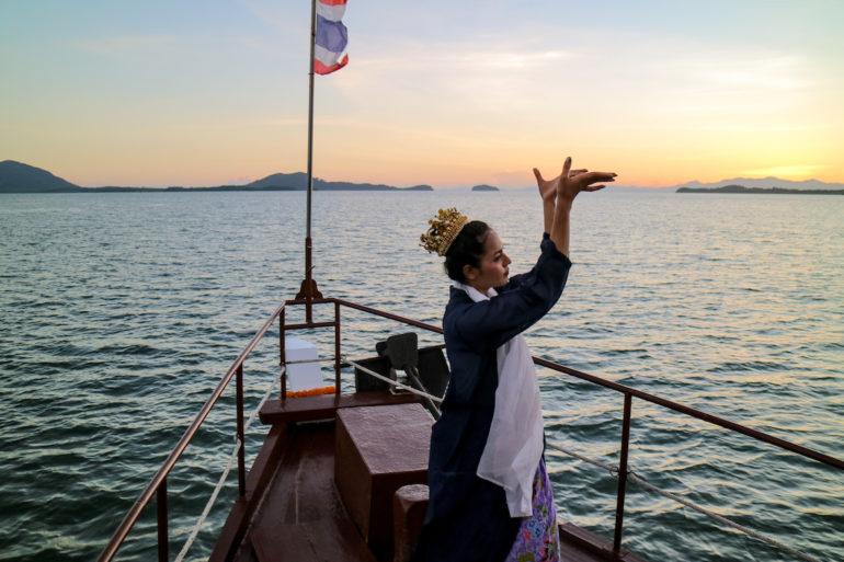 Tänzerin tanzt traditionellen Ranong-Tanz an Bort des Royal Andaman Bootes