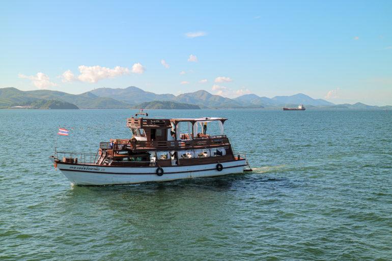Ausflugsboot auf dem Fluss vor Ranong