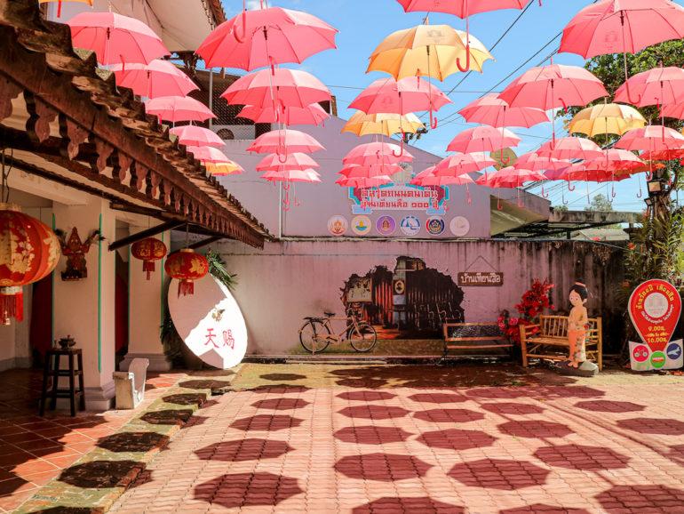Augespannte Regenschirme zur Dekoration im Roi Pee Tien Sue House Ranong