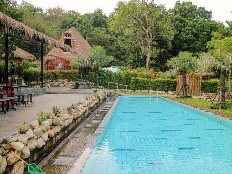 Pool und Haus bei den Tayrin Hot Springs