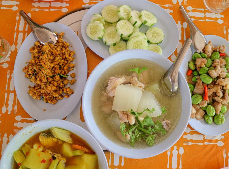 Teller mit verschiedenen Thai-Gerichten