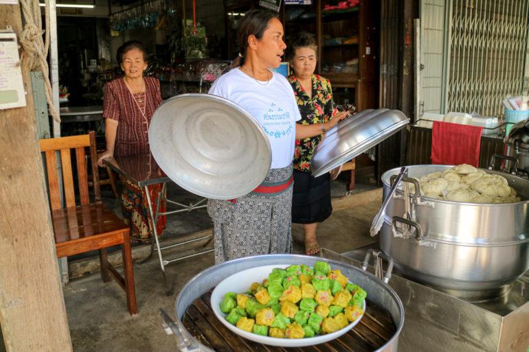 Frau mit Teigtaschen bei Ranong