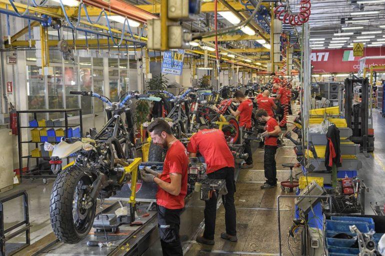 Arbeiter schrauben an Ducati Motorrädern in Emilia Romagna