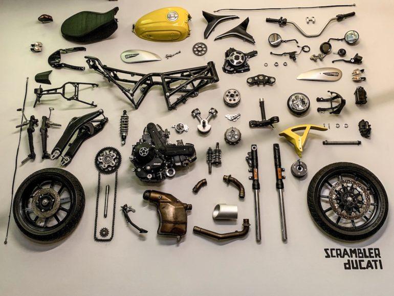 Teile einer Ducati Scrambler an der Wand