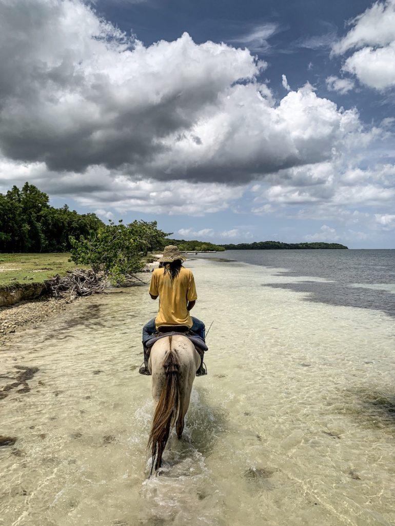 Jamaika Urlaub: Reiter am Strand von Rhodes Hall Plantation