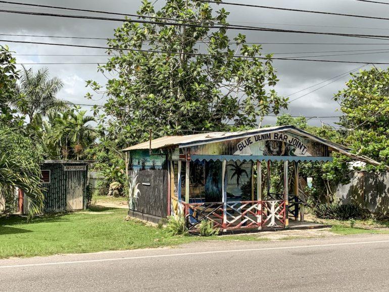 Jamaika Urlaub: Haus an einer Strasse