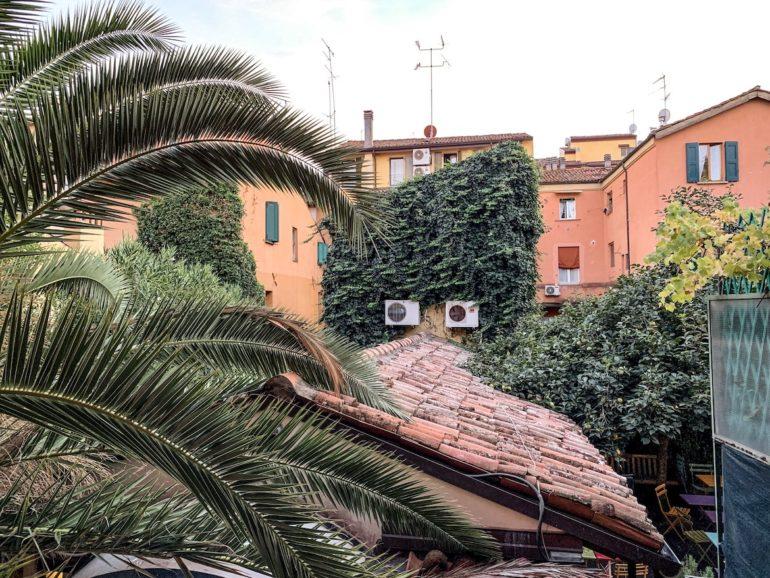 Blick in einen italienischen Hinterhof in Emilia Romagna
