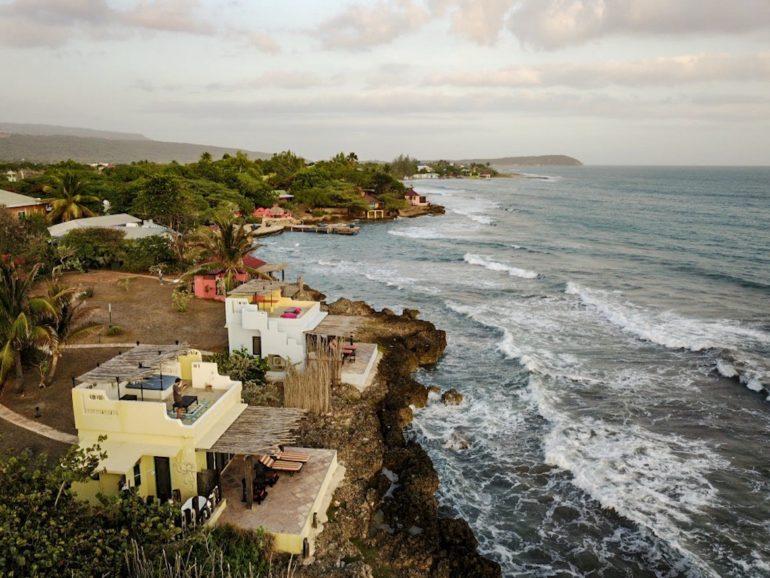 Jamaika Urlaub: Häuser und Meer am Tresaure Beach