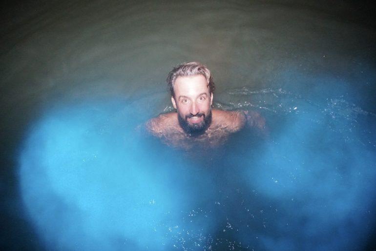 Marco Buch im fluoreszierenden Wasser