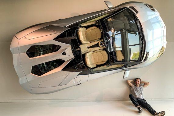 Marco Buch unter einem Lamborghini