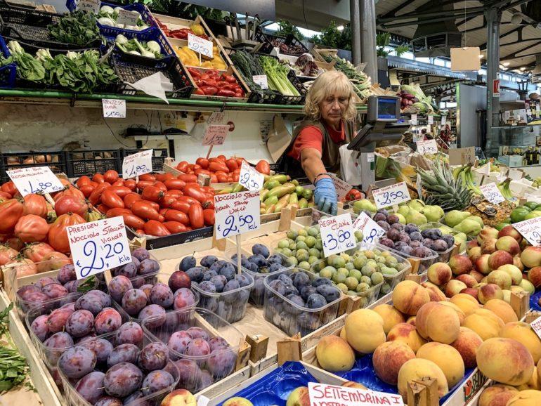 Emilia Romagna: Verkäuferin im Mercato Albinelli