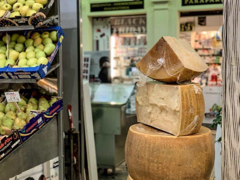 Laibe Parmigiano Reggiano auf einem Markt in Emilia Romagna