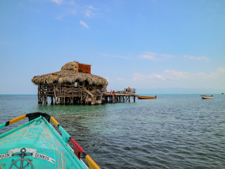 Stelzenbar und Boot im Meer