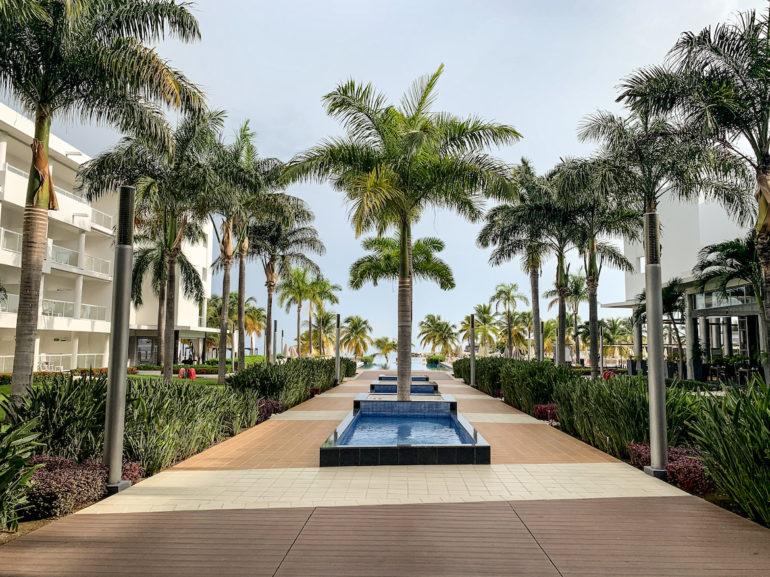 Palmen und Pool vor blauem Himmel