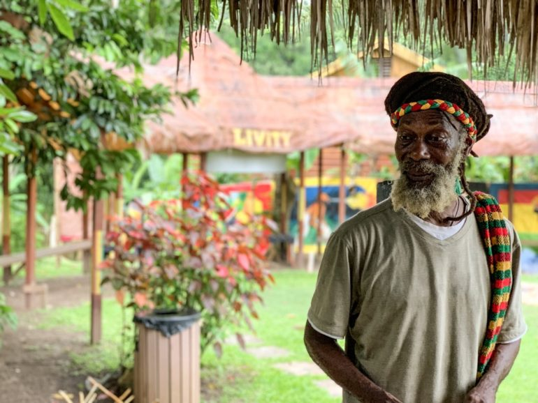 Jamaika Urlaub: Rastafari vor Pflanzen
