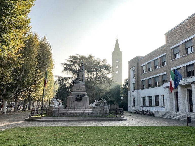 Emilia Romagna: Platz mit alten Gebäuden in Ravenna