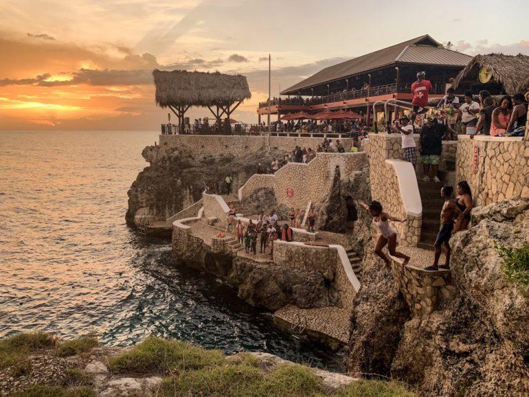 Jamaika Urlaub: Frau springt von Felsen bei Rick's Cafe