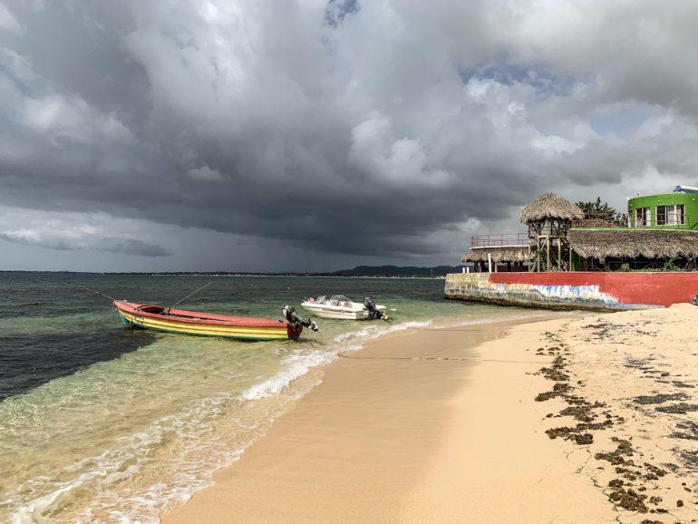 Jamaika Urlaub: Boote an einem Strand in Negril