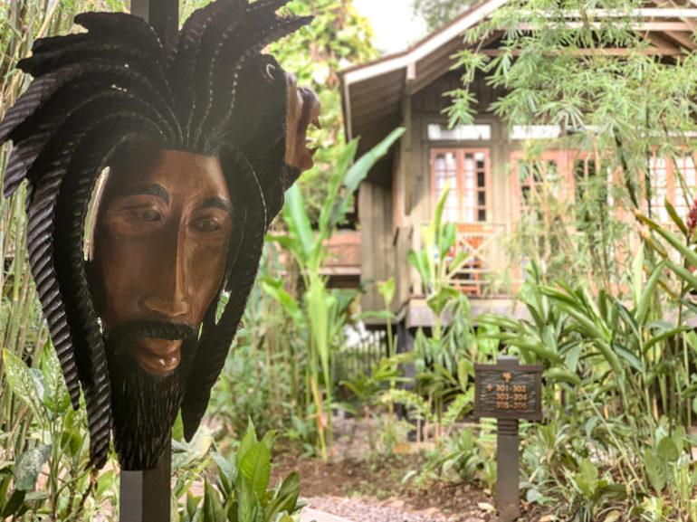 Maske und Bungalow in Negril Jamaika