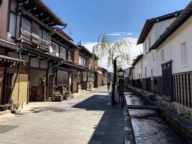 Japan Reise: Strassen und Bach in Hida