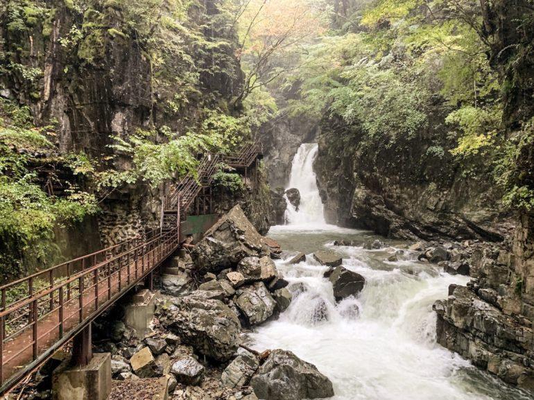 Wasserfall mit Brücke bei einer Japan Reise