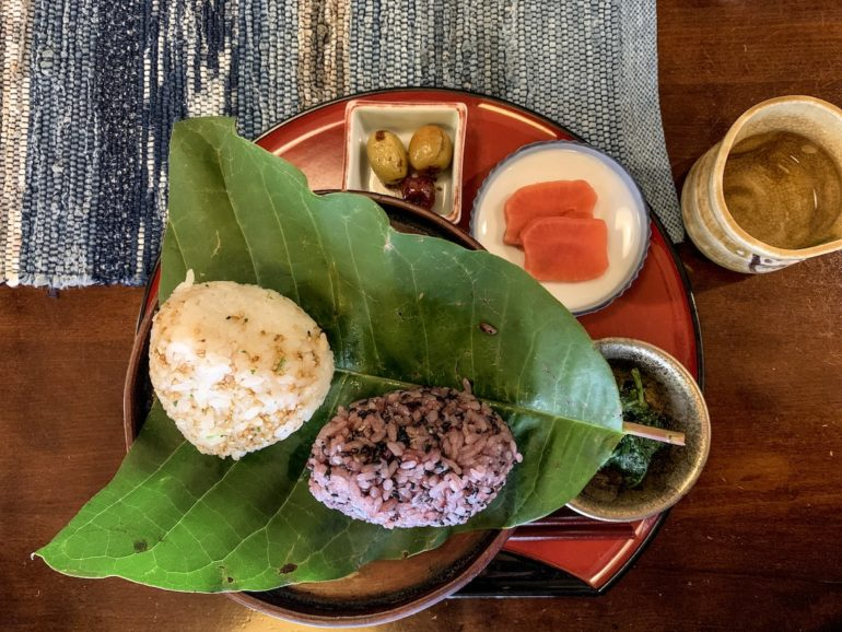 Teller mit Onigiri auf Tisch