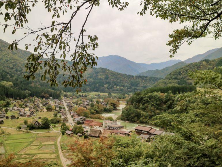 Japan Reise: Blick vom Aussichtspunkt auf Shirkawa-go