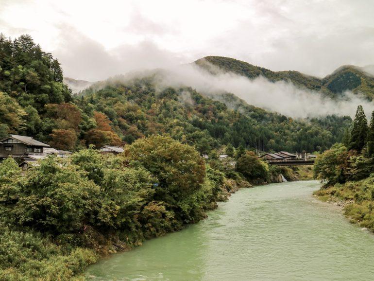 Blick auf Nebel über einem Fluss in Shirakawa-go