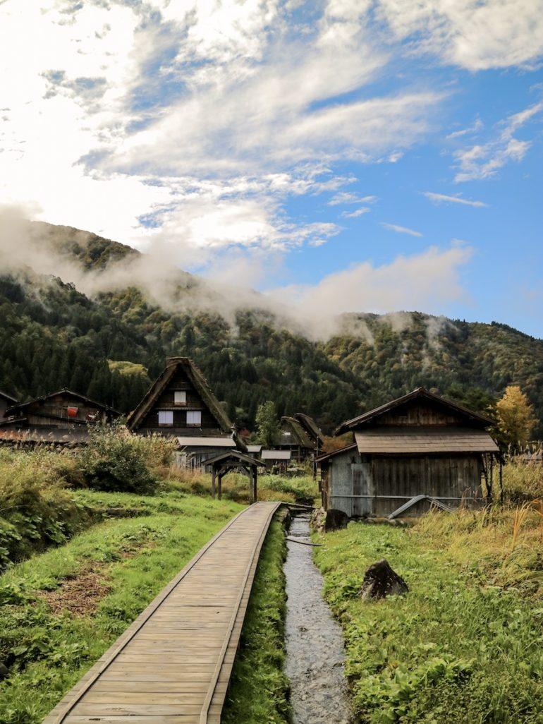 Japan Reise alternativ: Pfad zwischen Häusern unter Wolken