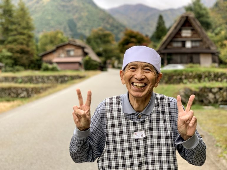 Japaner vor traditionellen Häusern in Shirkawa-go