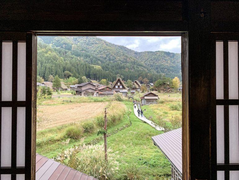 Japan reise: Blick auf traditionelle Häuser aus einem Fenster