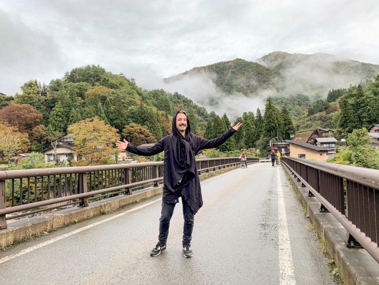 Marco Buch bei seiner Japan Reise: Auf Brücke vor nebelverhangener Natur
