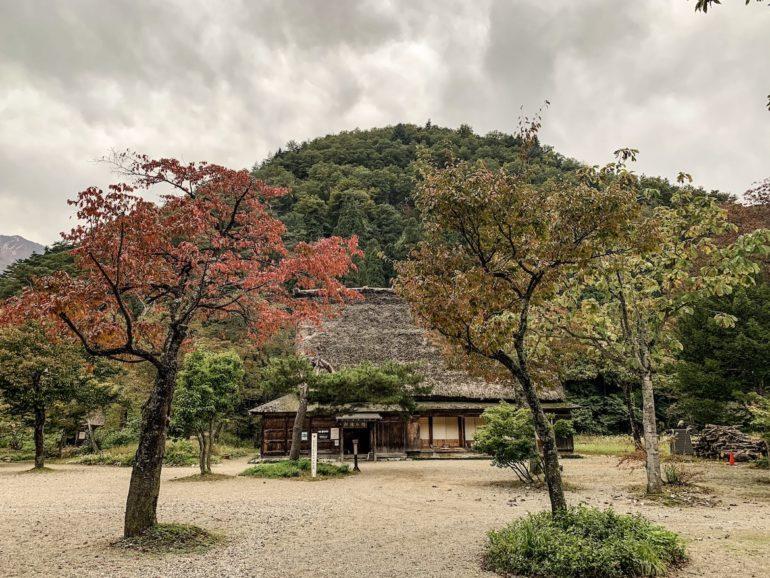 Bäume und traditionelles Haus im Minkai Park