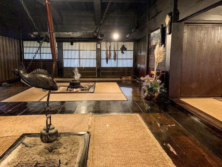 Japan Reise: Teekessel über feuerstelle in einem traditionellen Raum