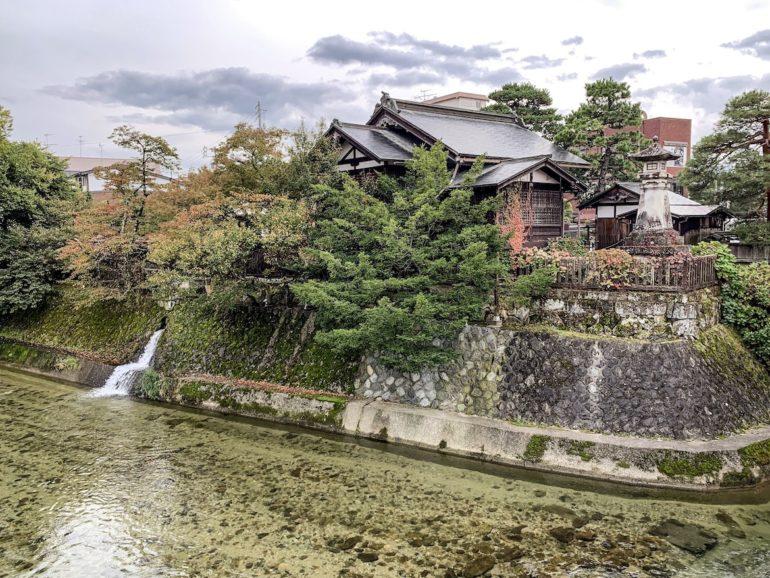 Schrein an einem Fluss bei einer Japan Reise