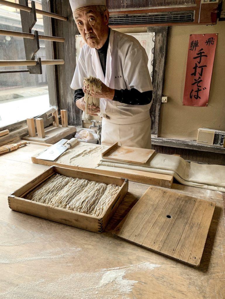 Japanischer Koch mit Soba Nudeln