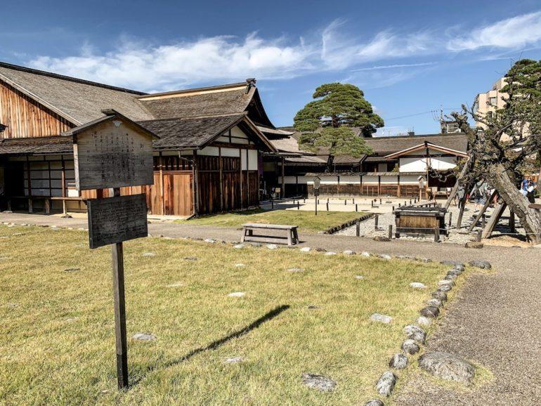 Japan Reise: Gebäude auf Wiese in Takayama