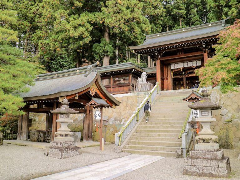 Tempel vor Wald