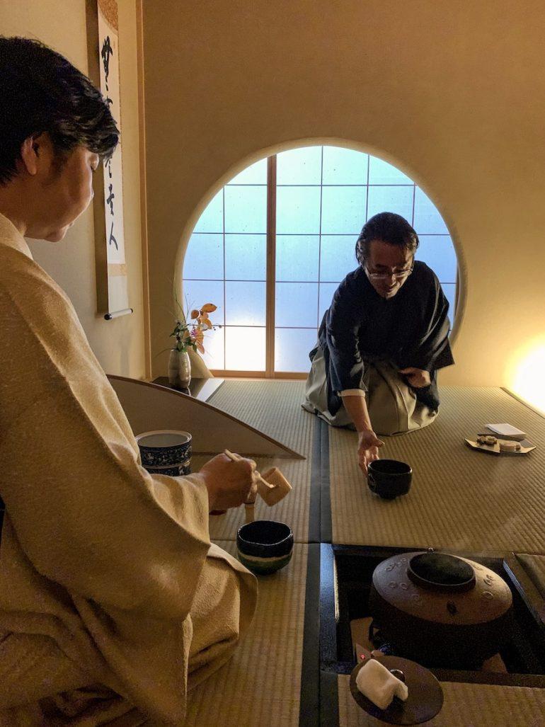 Mann udn Frau während einer Tee-Zeremonie bei einer Japan Reise