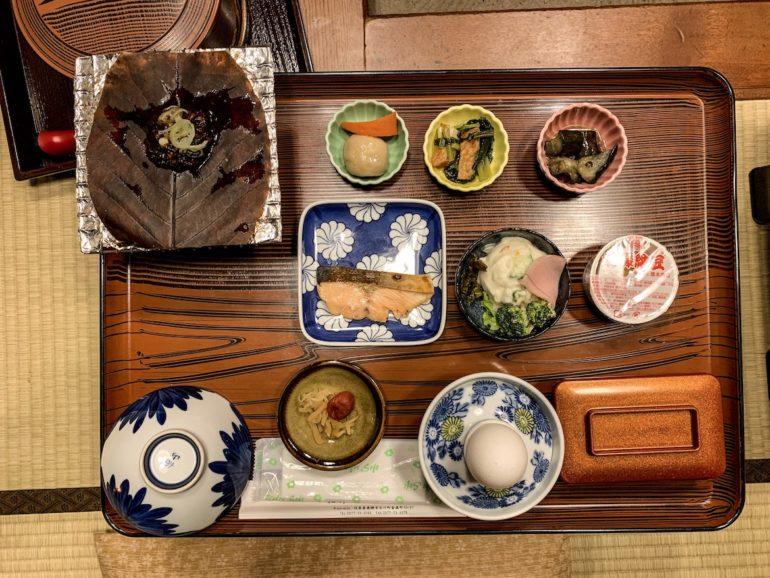 Frühstückstisch mit Speisen
