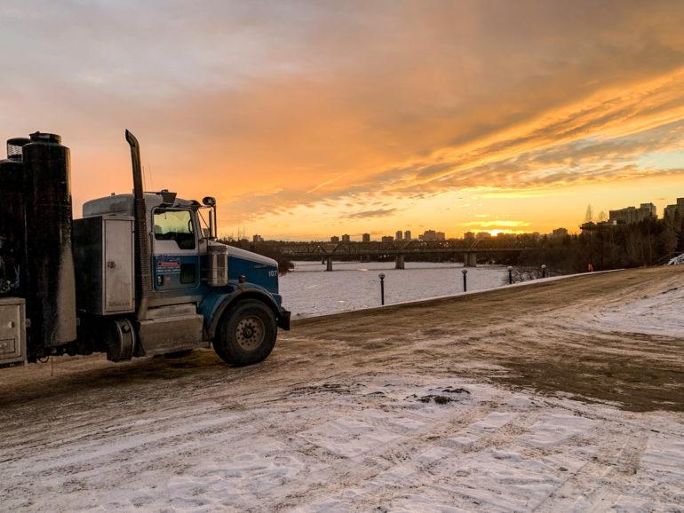 Alberta Highlights: LKW vor Sonnenuntergang über Edmonton