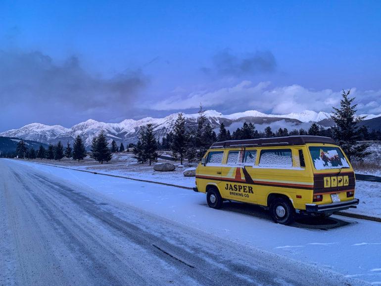 Alberta Highlights: VW Bus vor verschneiter Bergkulisse.