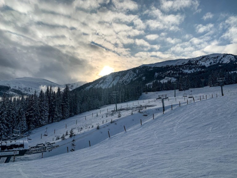 Alberta Highlights: Sonnenuntergang über Wald und Skipiste.