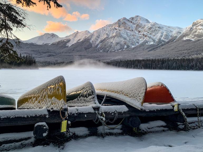 Alberta Highlights: Boote vor See und Bergen.