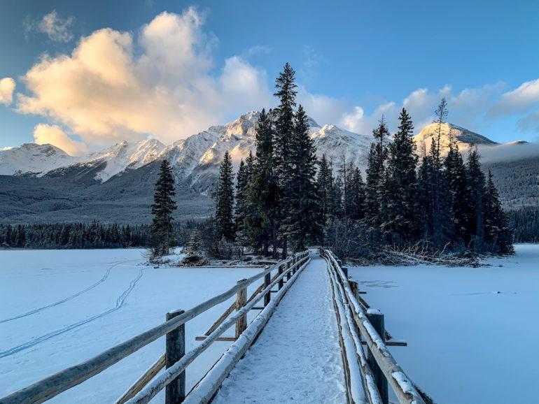 Alberta Highlights: Brücke vor Bäumen am Pyramid Lake.