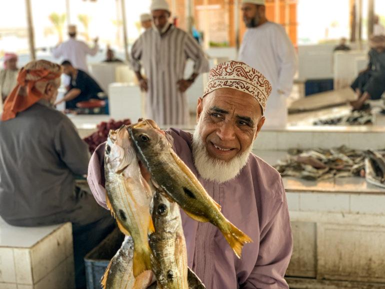 Verkäufer mit Fisch auf dem Markt von Barka bei einem Oman Roadtrip