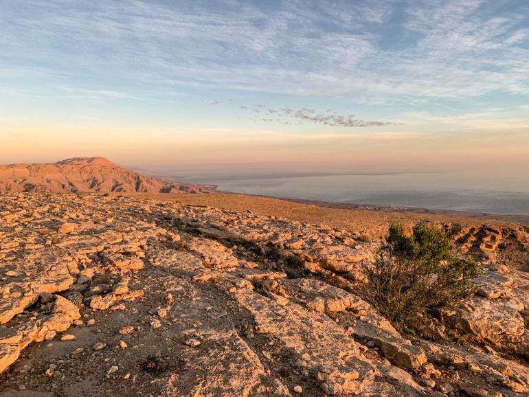 Blick über Berge und Meer im Oman