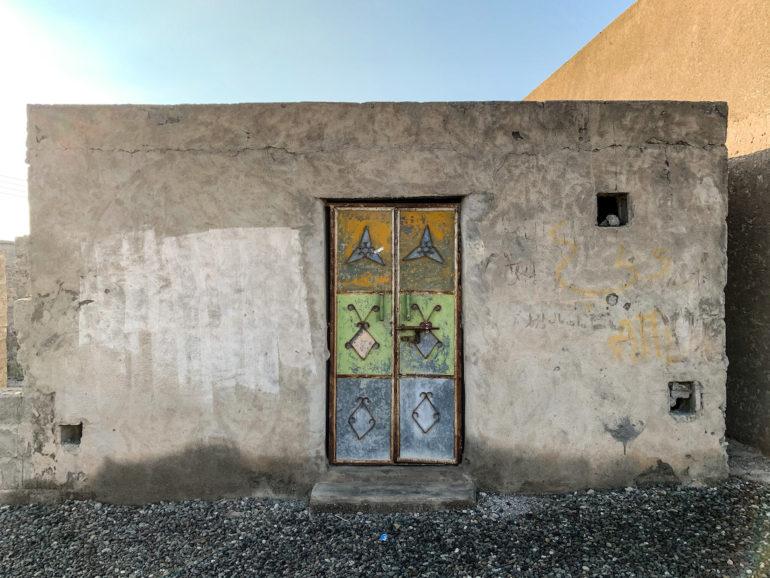 Bunte Tür an altem Gebäude bei Oman Roadtrip